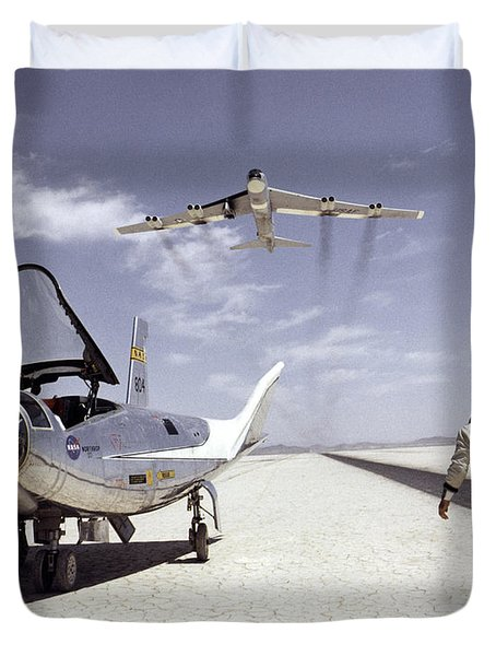 Hl-10 On Lakebed With B-52 Flyby Duvet Cover