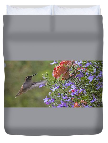 Hummer With Peach Geranium Duvet Cover