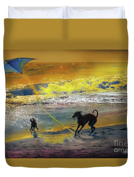 Duvet Cover featuring the photograph Juegos De Playa by Alfonso Garcia