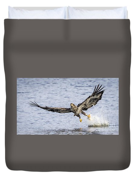 Juvenile Bald Eagle Fishing Duvet Cover