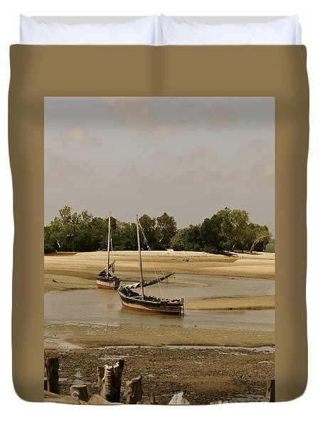 Lamu Island - Wooden Fishing Dhows At Low Tide With Pier - Antique Duvet Cover
