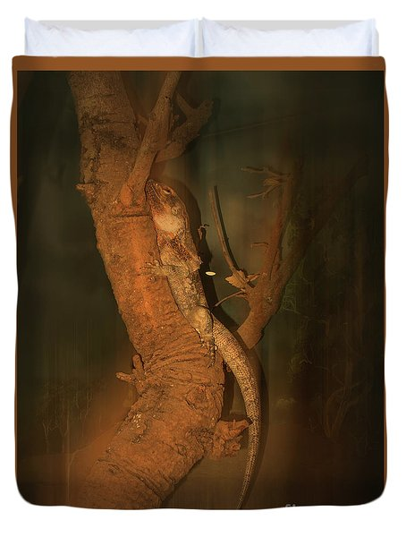Duvet Cover featuring the photograph Lizard On A Tree Trunk by Elaine Teague