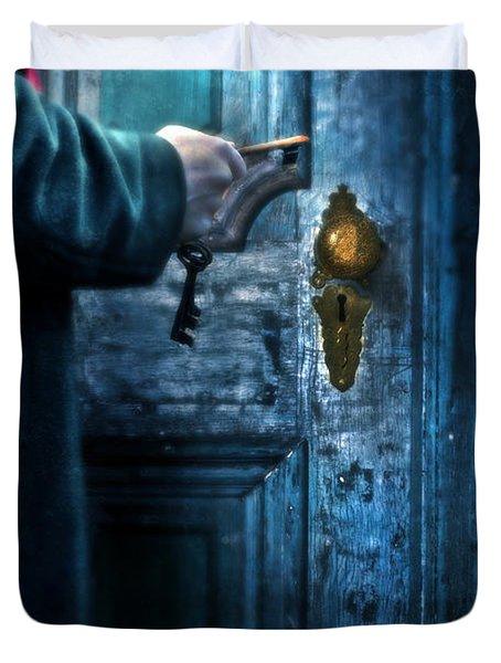 Man With Keys At Door Duvet Cover by Jill Battaglia