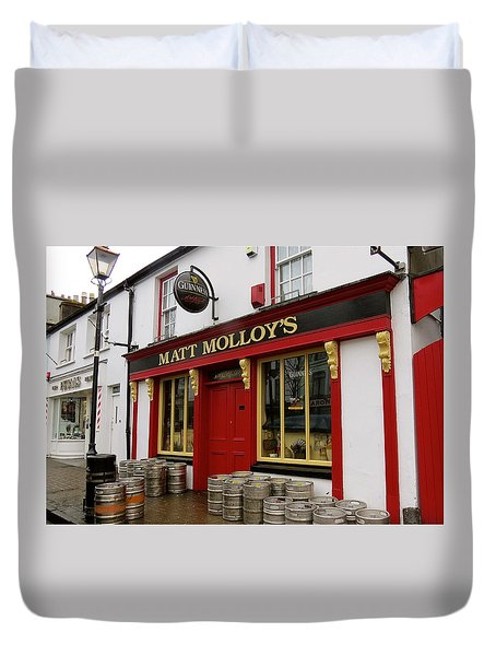 Duvet Cover featuring the photograph Matt Molloys Pub Westport Ireland by Melinda Saminski