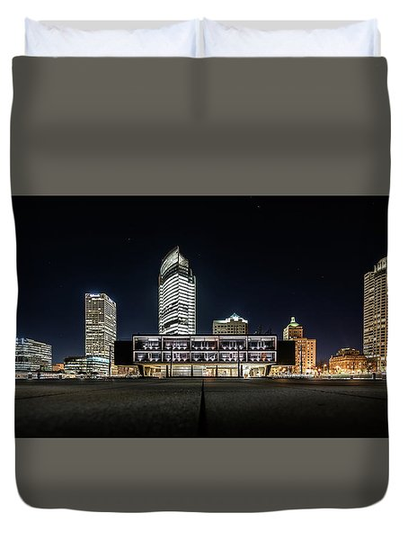 Duvet Cover featuring the photograph Milwaukee County War Memorial Center by Randy Scherkenbach