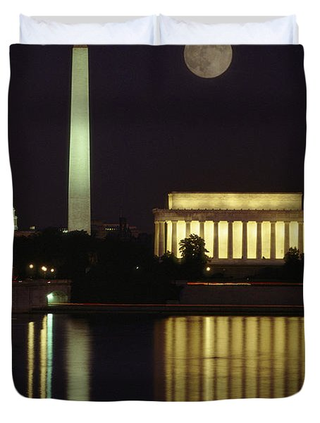 Moonrise Over The Lincoln Memorial Duvet Cover