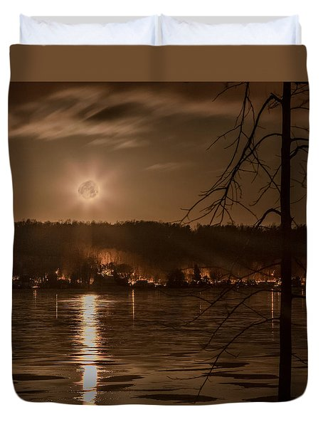 Moonset On Conesus Duvet Cover by Richard Engelbrecht