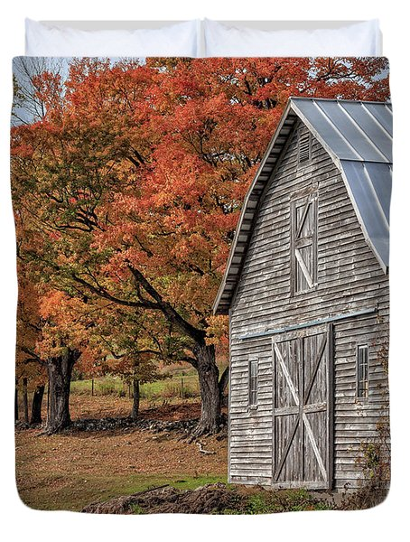Old Barn With New England Foliage Duvet Cover