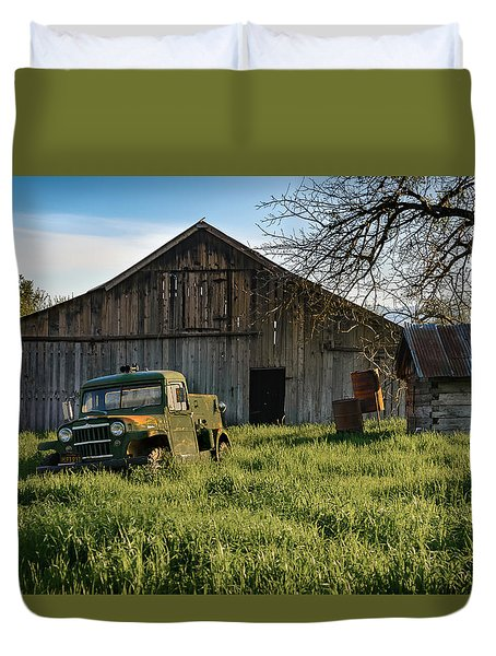 Old Jeep, Old Barn Duvet Cover
