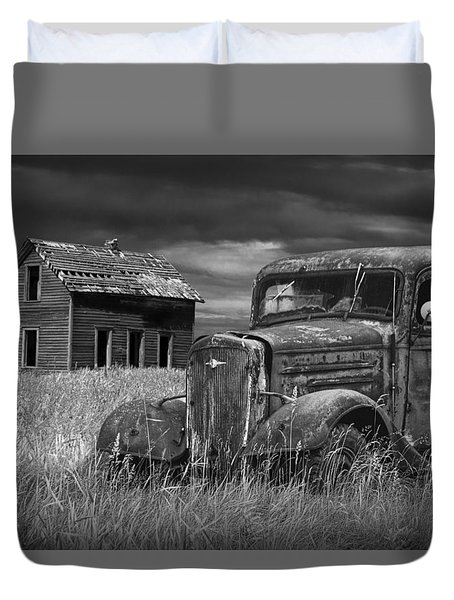 Old Vintage Pickup In Black And White By An Abandoned Farm House Duvet Cover