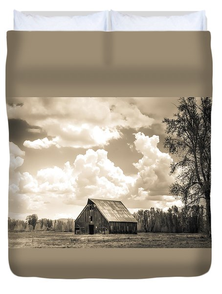 Duvet Cover featuring the photograph Olsen Barn Thunderstorm by Jan Davies
