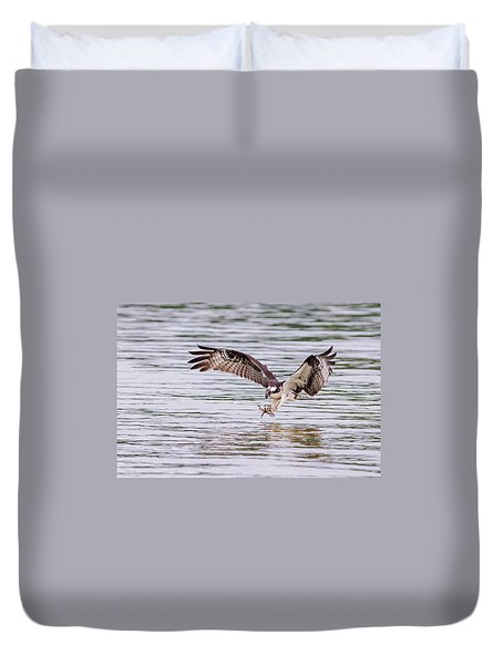 Duvet Cover featuring the photograph Osprey Going For Breakfast by Lori Coleman