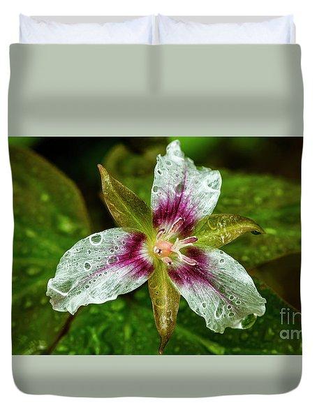 Painted Trillium With Raindrops Duvet Cover