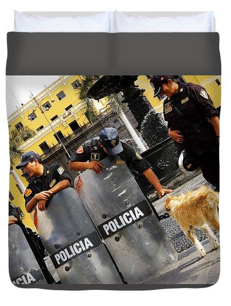 Policia Con Perro Duvet Cover