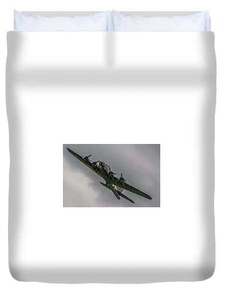Raf Scampton 2017 - B-17 Flying Fortress Sally B Turning Duvet Cover