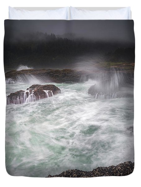 Duvet Cover featuring the photograph Raging Waves On The Oregon Coast by William Lee
