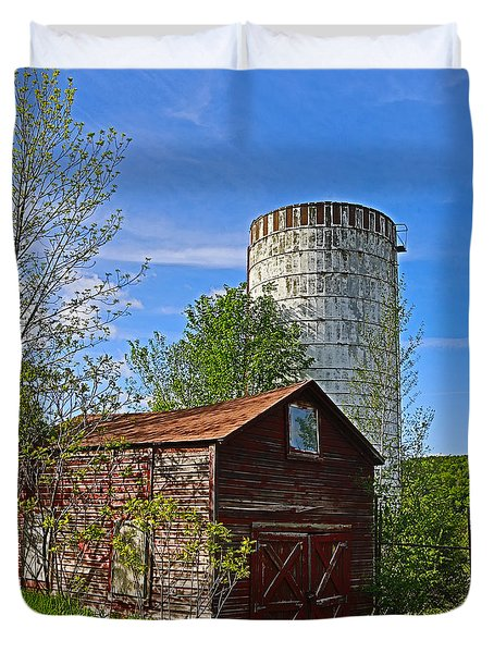 Duvet Cover featuring the photograph Red Barn And Silo by Paula Porterfield-Izzo