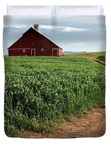 Red Barn In Green Field Duvet Cover