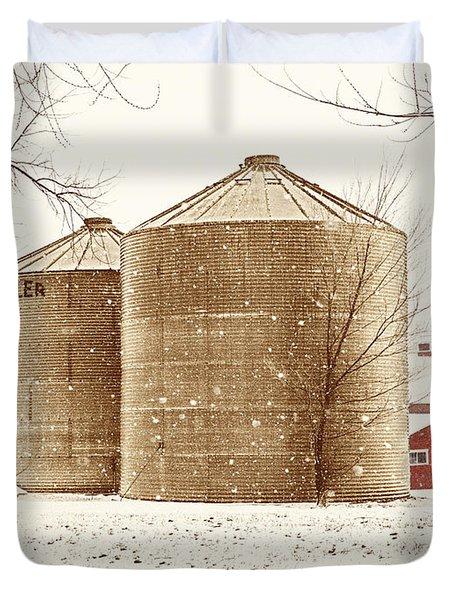 Red Barn In Snow Duvet Cover