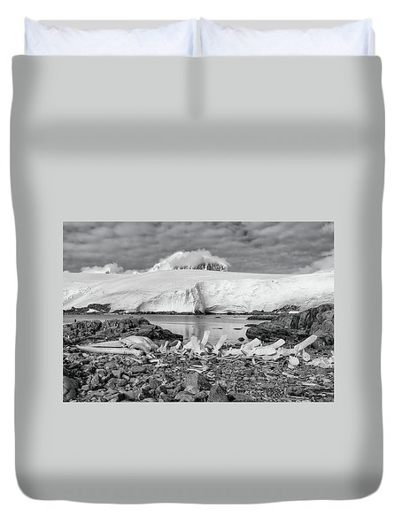 Duvet Cover featuring the photograph Remains Of A Giant by Alan Toepfer