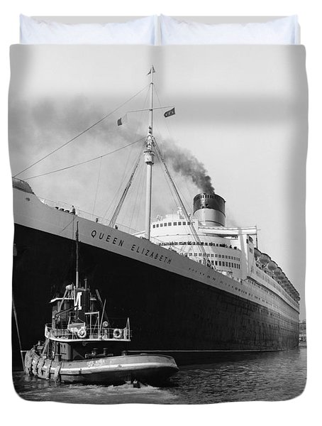 Rms Queen Elizabeth Duvet Cover by Dick Hanley and Photo Researchers