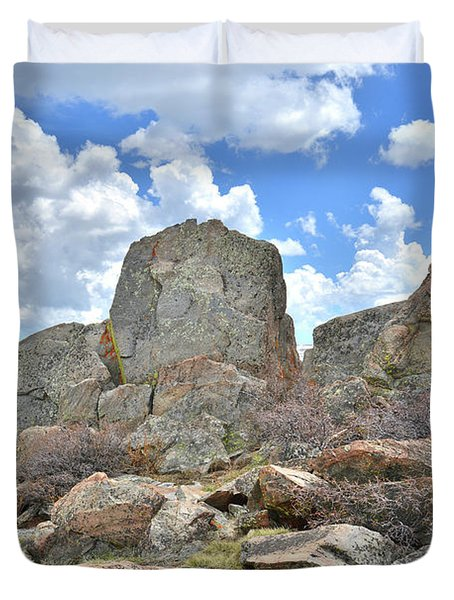 Rock Cropping At Big Horn Pass Duvet Cover