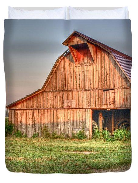 Ruddish Barn At Dawn Duvet Cover by Douglas Barnett