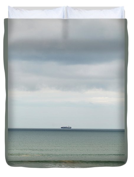 Duvet Cover featuring the photograph Sailing The Horizon by Linda Lees