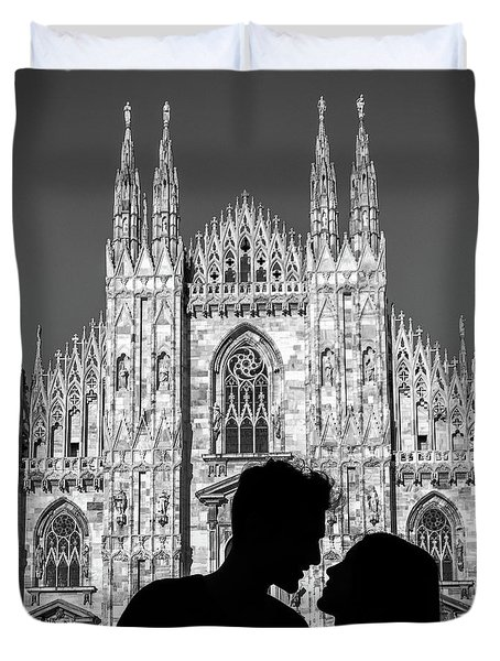 Silhouette Of Young Couple Kissing In Front Of Milan's Duomo Cathedral Duvet Cover