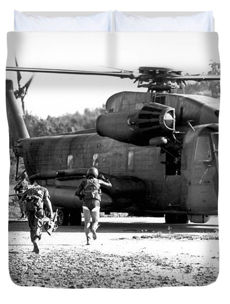 Soldiers Run To A Hh-53c Helicopter Duvet Cover by Stocktrek Images