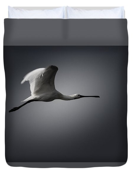 Duvet Cover featuring the photograph Spoonbill In Flight by Ramabhadran Thirupattur