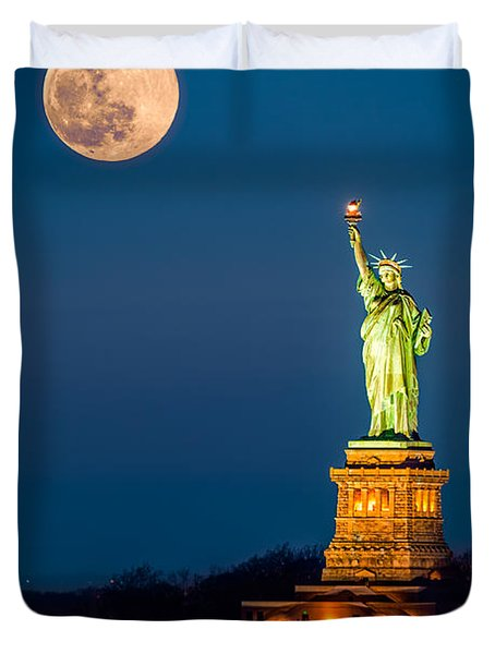 Statue Of Liberty And A Rising Supermoon In New York City Duvet Cover