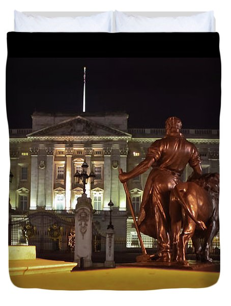 Duvet Cover featuring the photograph Statues View Of Buckingham Palace by Terri Waters