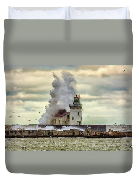 Storm Waves At The Cleveland Lighthouse Duvet Cover