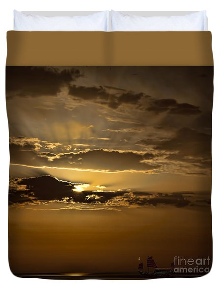 Duvet Cover featuring the photograph Sunset And Sanpan by Shirley Mangini