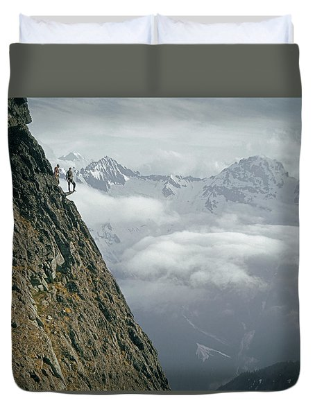 T-404101 Climbers On Sleese Mountain Duvet Cover