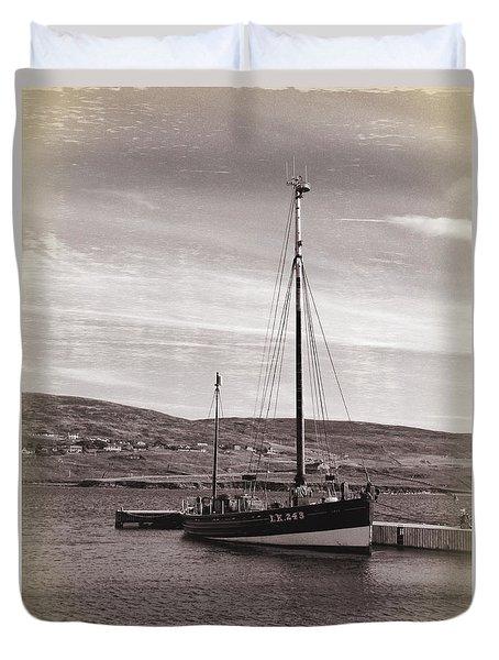 Duvet Cover featuring the photograph The Swan Lk243 by Lynn Bolt
