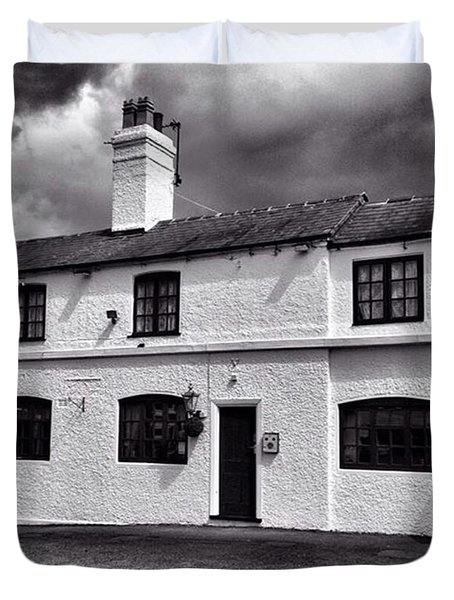 The Weavers Arms, Fillongley Duvet Cover by John Edwards