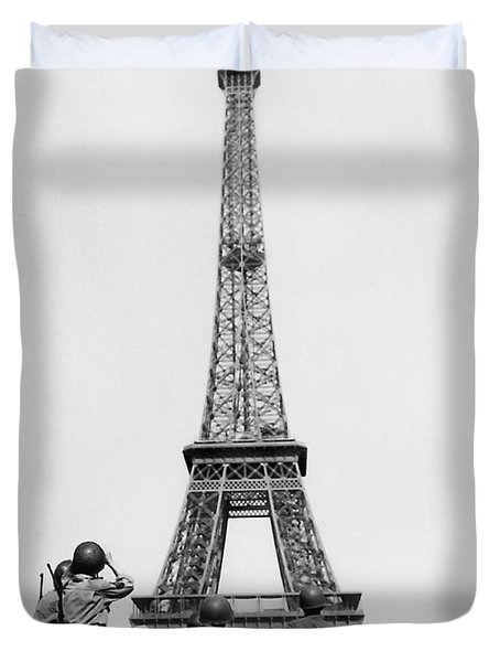 Us Soldiers Viewing Eiffel Tower - Paris Liberation - 1944 Duvet Cover
