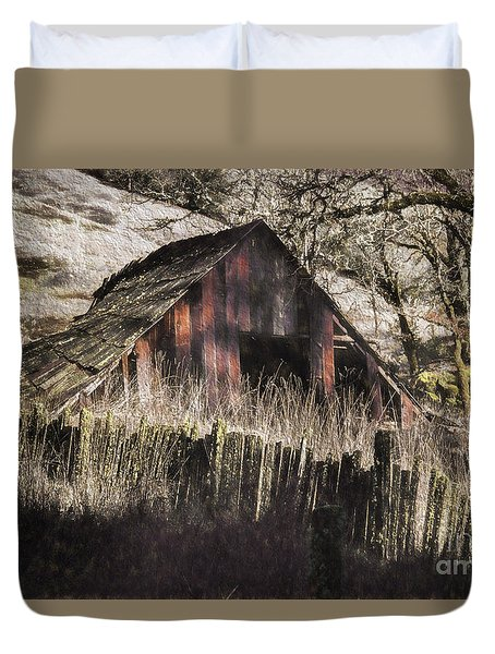 Duvet Cover featuring the photograph Willets Barn by Shirley Mangini