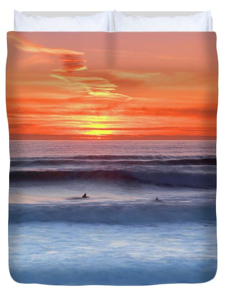 Wind Surfers Waiting For The Next Wave, Summerleaze Beach, Bude, Cornwall, Uk Duvet Cover