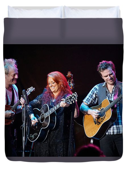 Wynonna Judd In Concert With Hubby Cactus Moser And Band Guitarist Duvet Cover