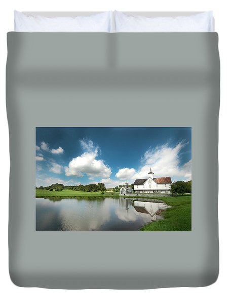 Old Star Barn And Pond Reflection Duvet Cover