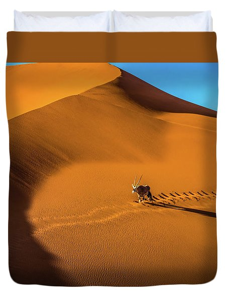 Oryx Crossing Big Daddy Dune, Sossusvlei, Namibia Duvet Cover