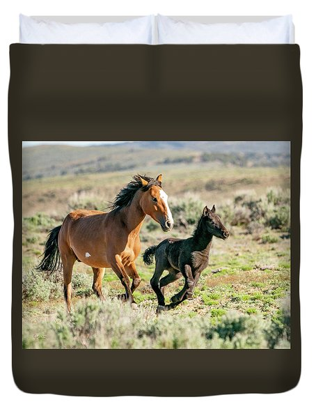 Running Wild Mustangs - Mom And Baby Duvet Cover