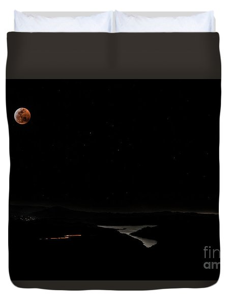Super Blood Wolf Moon Eclipse Over Lake Casitas At Ventura County, California Duvet Cover