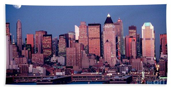 New York Skyline At Dusk Bath Towel