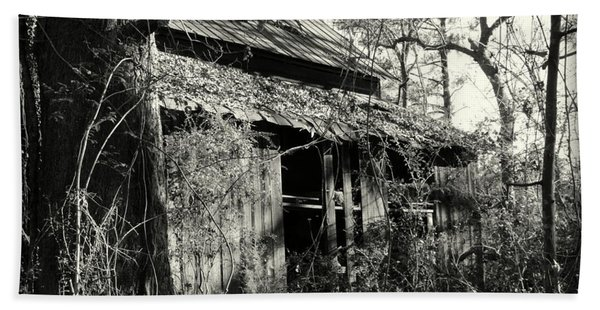 Old Barn In Black And White Hand Towel