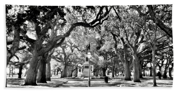 White Point Gardens At Battery Park Charleston Sc Black And White Bath Towel