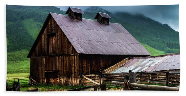 Hand Towel featuring the photograph A Barn In Crested Butte by John De Bord